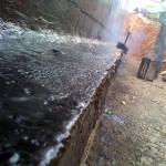 מריחת זפת חם על רגל הקיר, חובה לצרוב את שאריות הבטון מלשונית איטום הרצפה